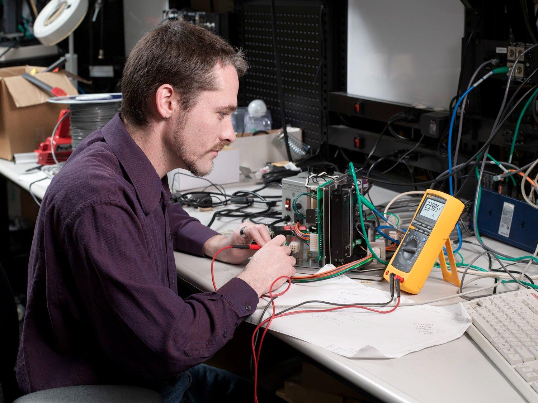A Fluke engineer works with the Fluke 189 Digital Multimeter