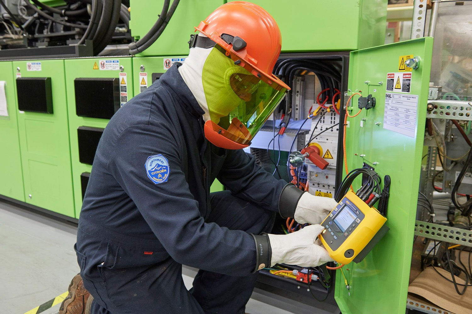 A user programming the Fluke 3540 FC Three-Phase Power Monitor at an asset.