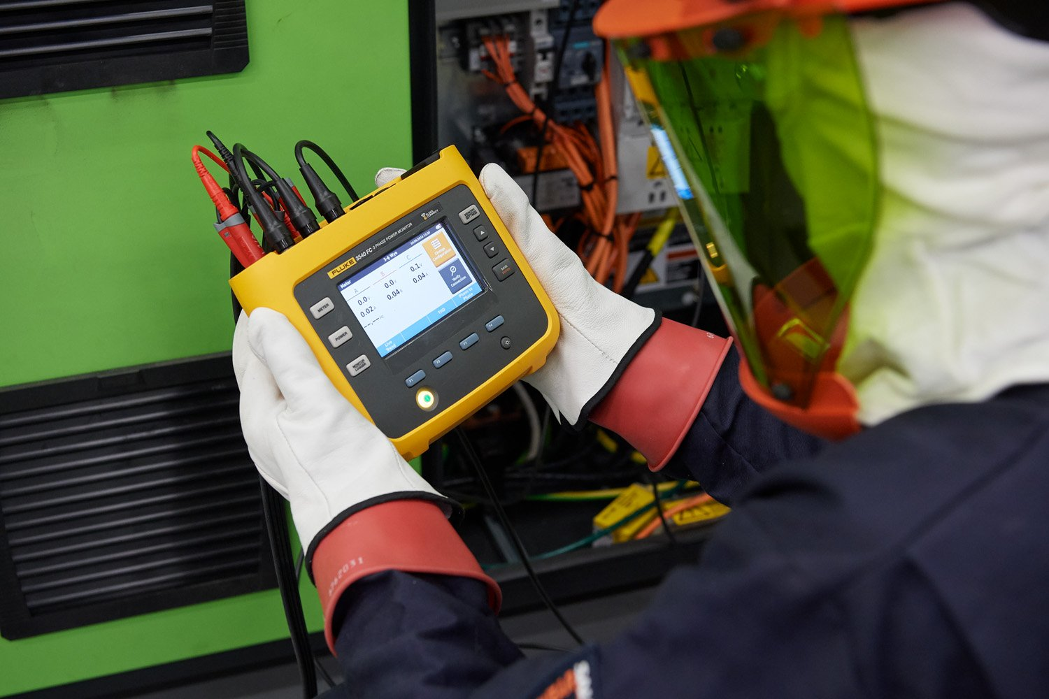 A user looks at data on the Fluke 3540 FC Three-Phase Power Monitor.