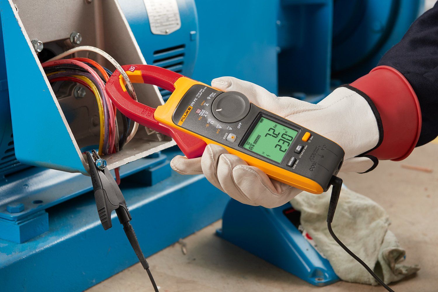 The Fluke 378 FC Clamp Meter measuring Amps AC and Volts AC.