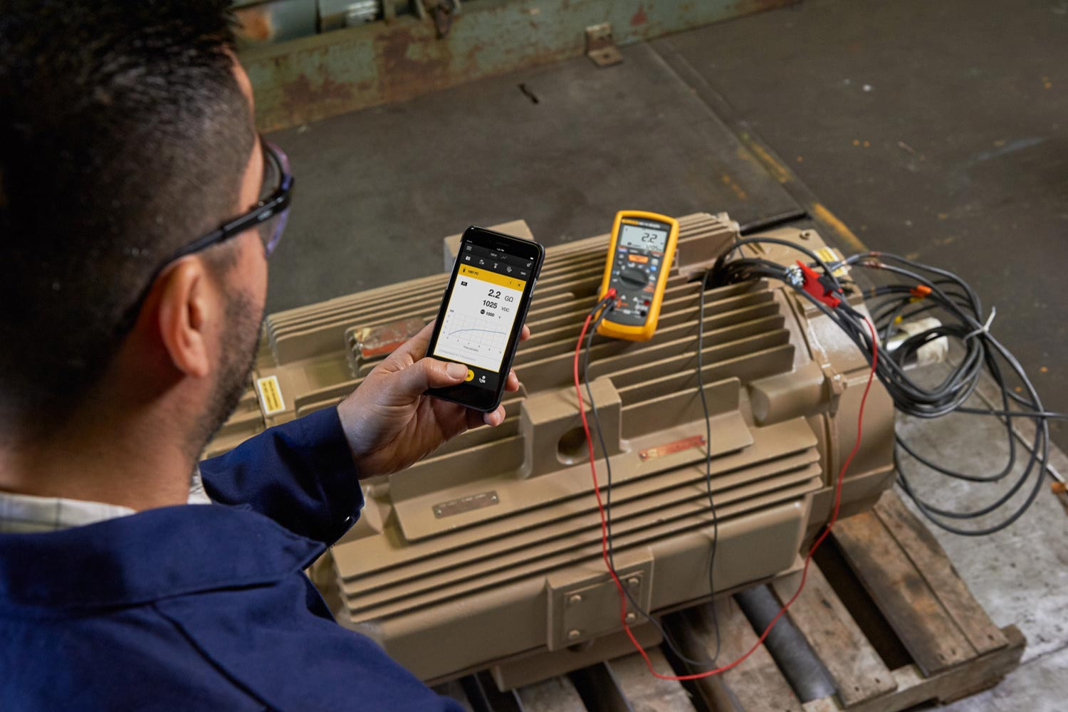 Fluke 1587 FC Insulation Multimeter, performing a high-voltage megohm test