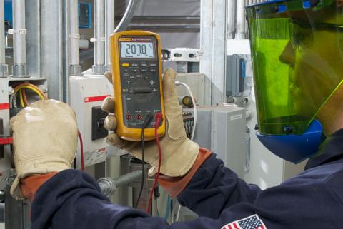 Person using Fluke 87v
