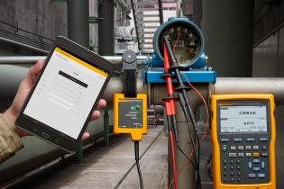 A Fluke 754 Documenting Process Calibrator in use with a Fluke 154 HART Communicator.