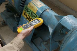 The Fluke 805 Vibration Meter is a reliable device offering a four-level severity scale to assess the urgency of machine faults.
