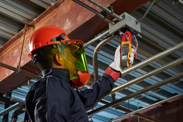 The Fluke 376 FC true-rms clamp meter send measurements to your phone for easy storage